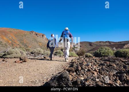 Paar Wandern auf Ruta Arenas Negras Wanderweg, Teide National Park, Parque Nacional de las Cañadas del Teide, Teneriffa, Kanarische Inseln, Kanaren, Spanien - Stockfoto