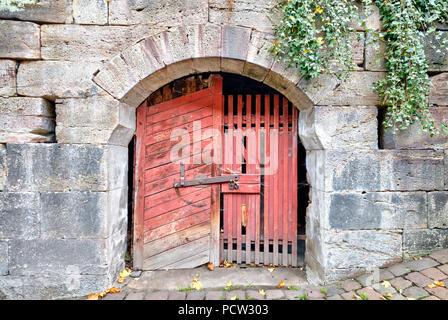 Hölzerne Tür, alt, gesperrt, Türverriegelung, gesperrt, Altstadt, Kulmbach, Oberfranken, Bayern, Deutschland, Europa - Stockfoto