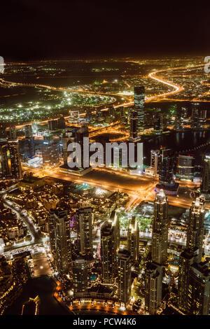 Luftaufnahme von Downtown Dubai und Wolkenkratzer in der Nacht von der Oberseite des Burj Dubai - Stockfoto