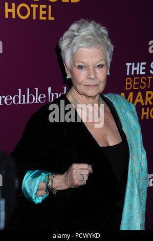 """NEW YORK, NY - 03. März: Judi Dench kümmert sich """"Die zweite beste Exotische Marigold Hotel"""" New York Premiere im Ziegfeld Theatre am 3. März 2015 in New York City. Personen: Judi Dench - Stockfoto"""