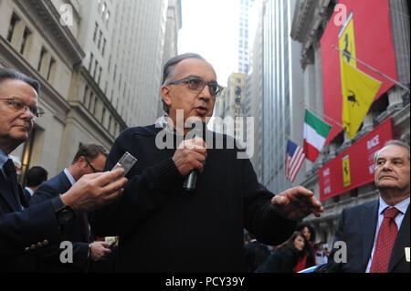 NEW YORK, NY - 21. Oktober: Chief Executive Officer der Fiat Chrysler Automobile Group Sergio Marchionne applaudiert nach dem Klingeln der öffnung Glocke an der New York Stock Exchange (NYSE) als Ferrari trading für den ersten Tag in New York am 21 Oktober, 2015 beginnt. Ferrari's Roaring Debüt an der Wall Street Êalso Ferrari CEO Amedeo Felisa an der NYSE vor der Rennwagen makerÕs Börse Debüt am 21. Oktober 2015 in New York City. Menschen: die Gäste - Stockfoto
