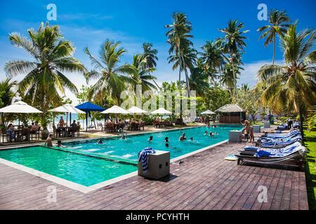 MIRISSA, SRI LANKA - Jan 2, 2017: die Menschen in ein Hotel in der Nähe des Pool Mirissa Beach am Jan 2, 2017. Sri Lanka. - Stockfoto
