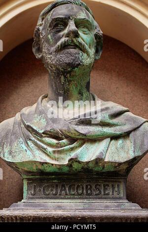 Kopenhagen, Dänemark - Mai 18, 2018 Ny Carlsberg Bezirk: bronze Büste von Jacob Christian Jacobsen industrieller und Gründer der Brauerei Carlsberg - Stockfoto