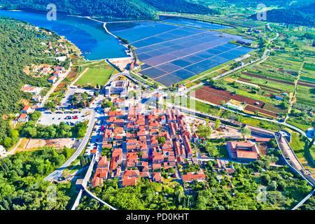 Stadt Ston Bucht und Salz Felder Luftaufnahme, Halbinsel Peljesac, Dalmatien Region von Kroatien - Stockfoto