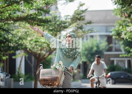 Muslimische Frau auf einem Fahrrad - Stockfoto
