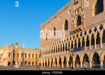 Sonnenaufgang Blick auf den Dogenpalast in Venedig, Italien - Stockfoto