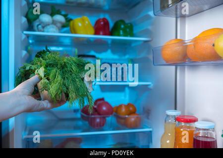 Kühlschrank Korb : Hand frische ananas gegen offene kühlschrank voller essen