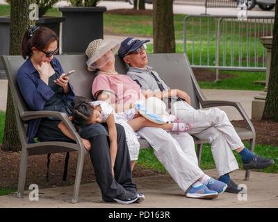 Erschöpft Touristen auf Parkbank, Millennium Park, Chicago, Illinois. - Stockfoto