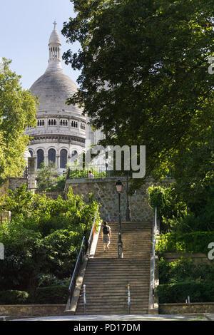 Paris Montmartre street scene - Treppen in Montmartre mit Sacre Coeur in Paris, Frankreich, Europa. - Stockfoto