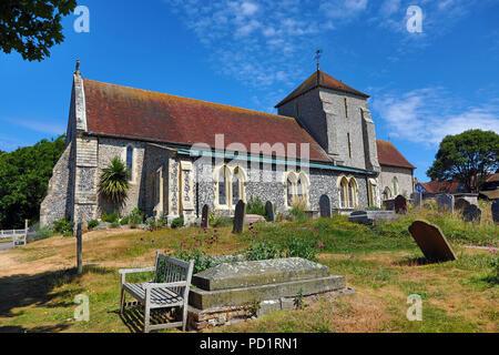 St Margaret's Church und auf dem Friedhof in der Ortschaft Rottingdean, East Sussex, England, Vereinigtes Königreich - Stockfoto