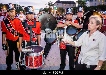 Miami Coral Gables Miami Florida Junior Orange Bowl Parade Stagingbereich Gemeinschaft Familienfest Jugend Hispanic junge Frau Teen adolescen - Stockfoto