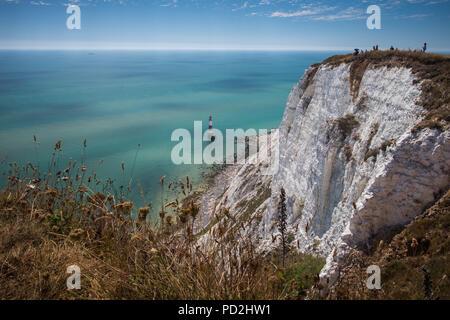 Die Menschen genießen die heißen und sonnigen Sommer Wetter Beachy Head in East Sussex, Großbritannien - Stockfoto