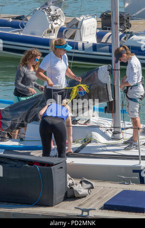 Alle weiblich Segelboot oder Yacht Crew in Cowes Week jährliche Regatta auf der Isle of Wight in Cowes. - Stockfoto