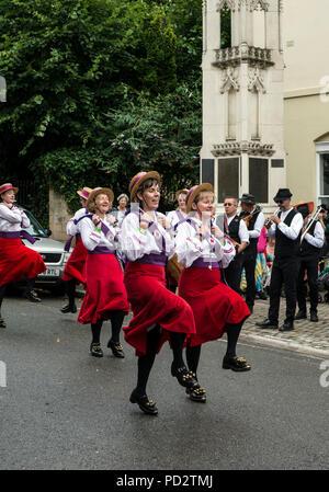 Rivington Morris Dancers an der Warwick Folk Festival, Church Street, Warwick, Großbritannien - Stockfoto