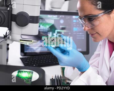 Ingenieur mit 3D-servo Mikroskop Maßhaltigkeit hergestellt Leiterplattenbestückung anzeigen - Stockfoto