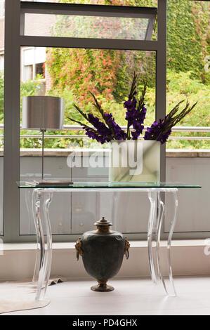 Blumen in der Vase auf dem Tisch