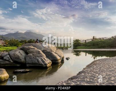 Blick von Los Naranjos Strand in Santa Marta, Kolumbien. - Stockfoto