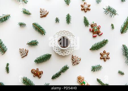 Eine Tasse Espresso oder schwarzen Tee auf eine weiße Fläche in Weihnachten oder Neujahr Stil dekoriert. Celebratory Konzept. - Stockfoto