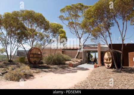 Die Banrock Station Wein und Wetland Centre Blick auf Weinberge und Feuchtgebiete entlang des Murray River in der Region Riverland, South Australia. - Stockfoto