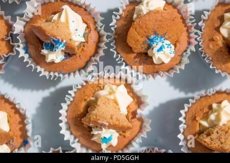 Mamas selbstgemachte Karotte Cupcakes mit Frischkäse füllen. - Stockfoto
