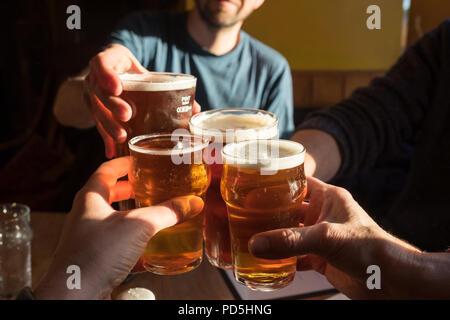 Eine Gruppe von vier klirren Gläser (2 Pints cask Ale und 2 halbe pints Apfelwein) und sagen Danke an die Black Bull Inn in Frosterley, County Durham, UK.