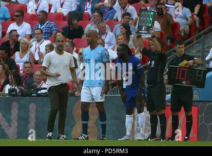 Manchester City Manager Pep Guardiola und Vincent Kompany während der FA Community Shield Match zwischen Chelsea und Manchester City im Wembley Stadion in London. 05 Aug 2018