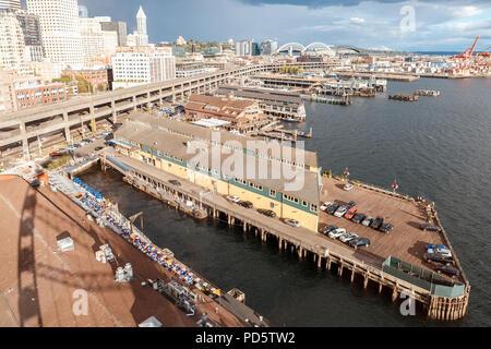 Seattle, Washington, USA - Juli 6, 2018: Blick auf Seattle Waterfront von großen Riesenrad, Seattle, Washington, USA - Stockfoto