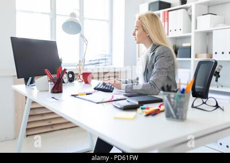 Junge Mädchen in die Arbeit im Büro mit Computer und Dokumente. - Stockfoto