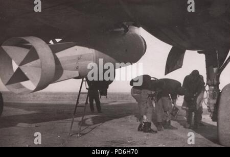 Bild aus dem Fotoalbum von Oberleutnant Oscar Müller von kampfgeschwader 1: das Bodenpersonal in der 5./KG 1 Bereiten sie ihre Junkers Ju 88, die mit einer 2500 kg Bombe Dno Flugplatz, Russland 1942 geladen wird. - Stockfoto