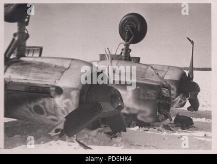 Bild aus dem Fotoalbum von Oberleutnant Oscar Müller von kampfgeschwader 1: Junkers Ju 88 A-4 V4+EN (Werk Nr. 3543) Boden - bei schlechtem Wetter am 13. März 1942 geschleift. Solche Unfälle könnten tödlich sein für alle Crewmitglieder in das Cockpit der Ju 88 gequetscht und bei dieser Gelegenheit Radio Operator Obergefreiter Hans Lemke wurde getötet, als das Flugzeug während einer Nicht-operative Flug umgeworfen. - Stockfoto