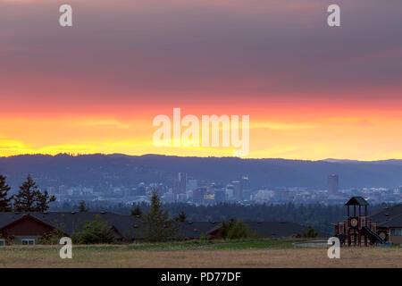Portland Oregon Downtown Skyline von Altamont Park auf Mt Scott bei Sonnenuntergang - Stockfoto