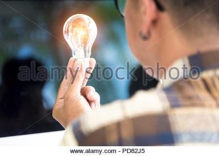 Kreative Designer, Glühbirne für neue Innovation Idee denken - Stockfoto