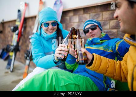 Fotos von glücklichen Männer und Frauen in der Sonnenbrille mit Bier auf Winter Tag - Stockfoto