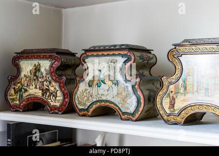 Drei Huntley & Palmer im orientalischen Stil mit antiken Keks Dosen - Stockfoto