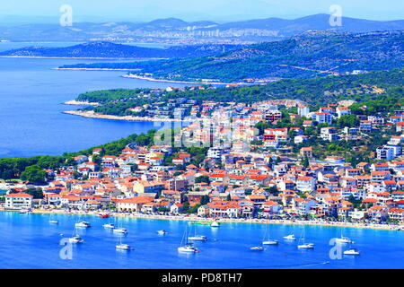 Vodice und Sibenik im Hintergrund, touristischen Destinationen in Kroatien - Stockfoto