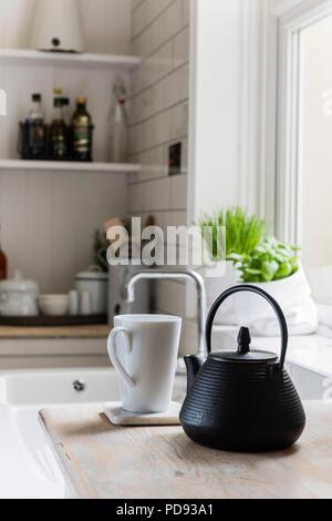 Detail aus Gusseisen Teekanne und weißen Becher - Stockfoto