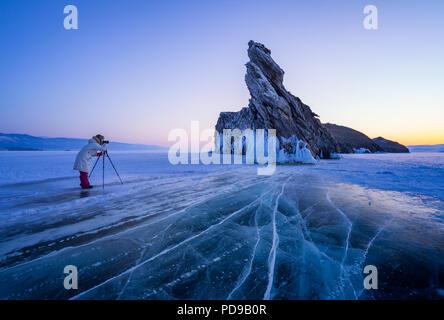 Baikalsee bei schönem Sonnenaufgang im Winter. Schönen Felsen und Leitungen auf Eis. - Stockfoto