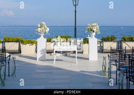 Weißer Tisch mit weißen Blumen Dekoration zur Hochzeit vorbereitet - Stockfoto