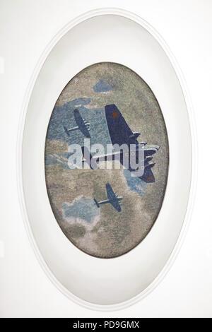 Sowjetische Bomber in der Decke Mosaik von sowjetischen Künstler Alexander Deyneka im U-Bahnhof Majakowskaja in Moskau, Rußland, mit dargestellt. Eines der Mosaike aus der dargelegten vierundzwanzig Stunden in den sowjetischen Luftraum von Russischen Mosaik master Vladimir Frolov im Jahre 1930 montiert. - Stockfoto