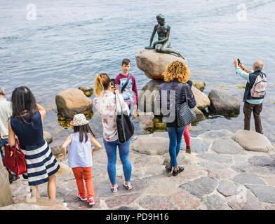 Kopenhagen, Dänemark - 7. Juli 2017. Masse der Leute um die Statue der Kleinen Meerjungfrau, Symbol der Stadt und eine beliebte Touristenattraktion. Auf der Grundlage - Stockfoto