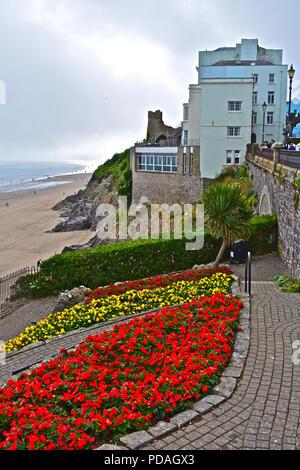 Das Imperial Hotel, Tenby, Pembrokeshire, Wales, befindet sich in einer wunderschönen Lage mit Blick auf das Meer & Strand. Hübsche Blumen im Vordergrund. - Stockfoto