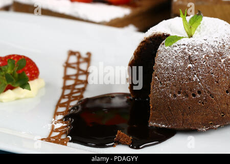 Hausgemachte heiße Schokolade Pudding mit Fondant Zentrum, lava Kuchen - Stockfoto