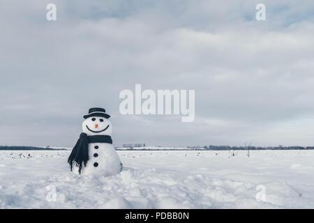 Lustige Schneemann in schwarzen Hut - Stockfoto