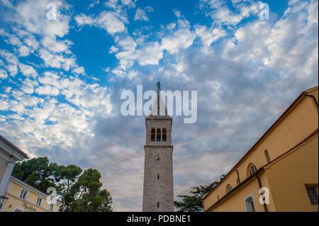 Der Glockenturm in der Stadt Novigrad, Istrien, Kroatien - Stockfoto