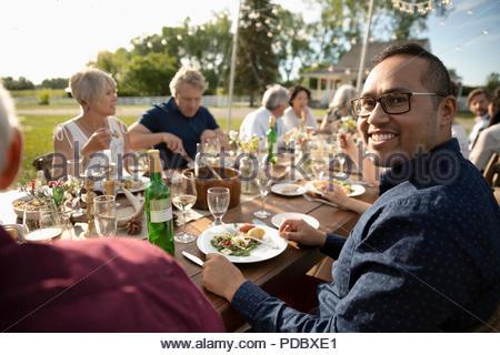 Portrait lächelnden Mann Sunny Garden Party Mittagessen genießen. - Stockfoto