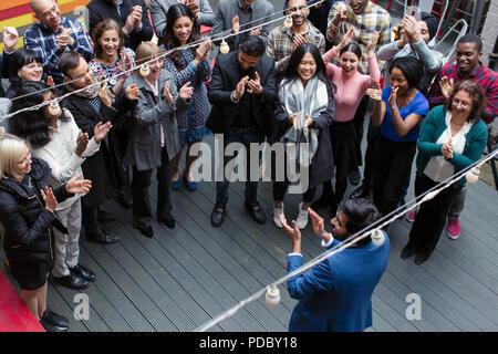 Geschäft Leute klatschen für Geschäftsmann, feiert auf der Terrasse - Stockfoto