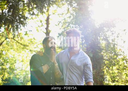Männliche homosexuelle Paare im sonnigen Park Zärtlich - Stockfoto