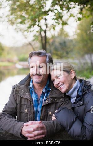 Glücklich, zärtlich Reifes Paar im Park - Stockfoto