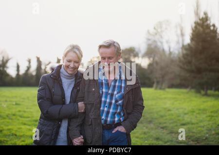 Glücklich, zärtlich Reifes Paar gehen auf Park - Stockfoto