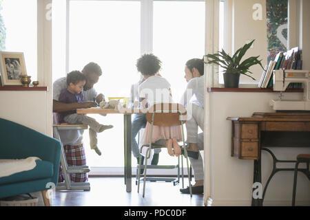 Familie Färbung am Esstisch - Stockfoto